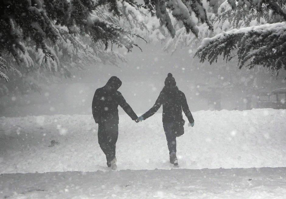 Картинка он и она снег идет