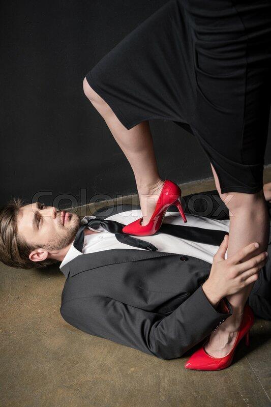 Наступила ногой на горло мужику 1