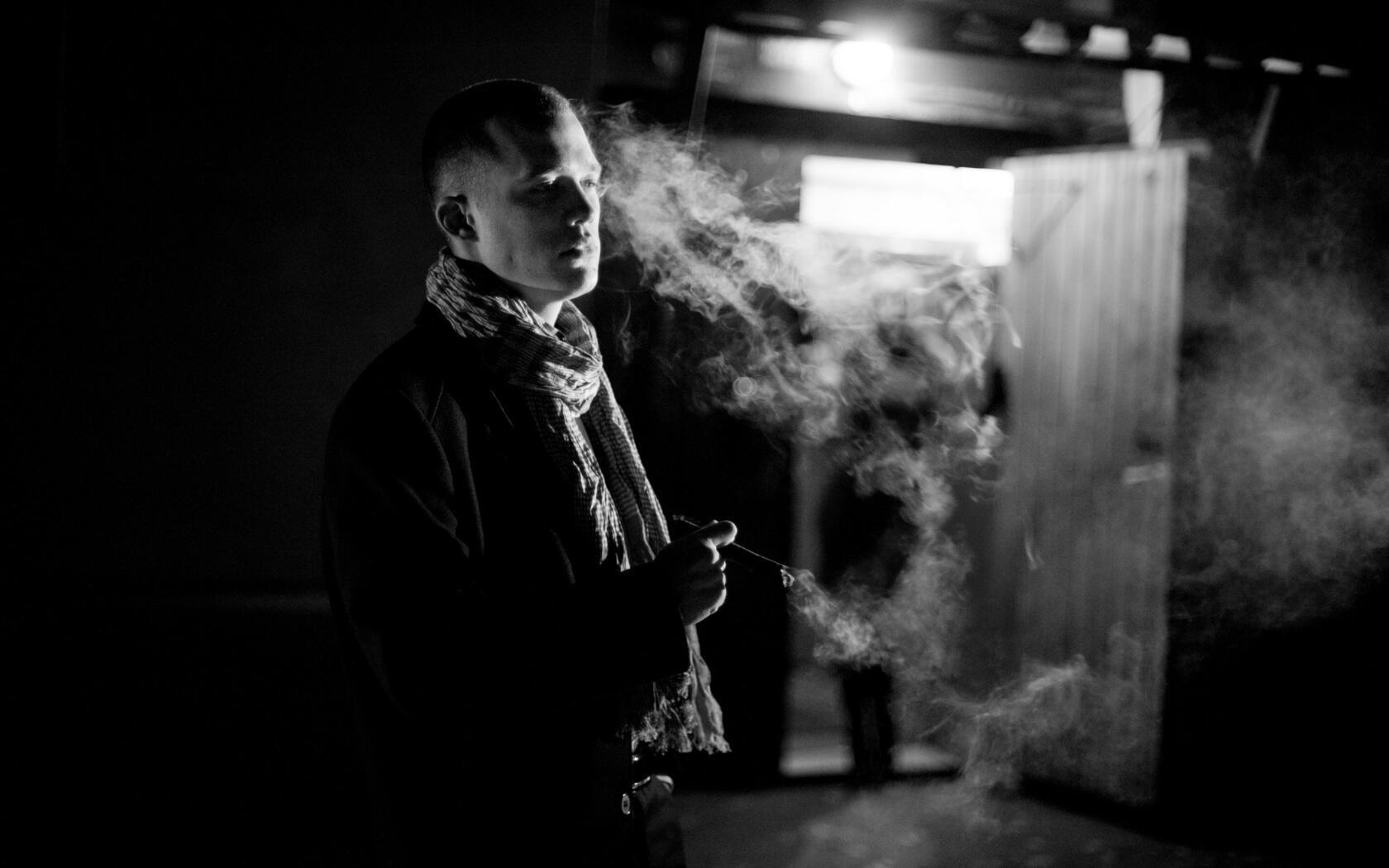 В руке дрожащей тлеет сигарета