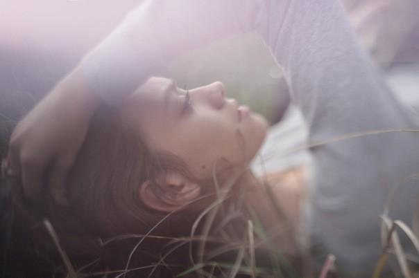 Расскажи, что любовь не вечна, Что она умирает с криком, Что ни время, ни боль не лечат, Что и тени бросают блики.  Расскажи,...