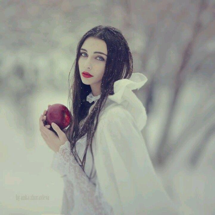 А ей бы душу цветом снега...