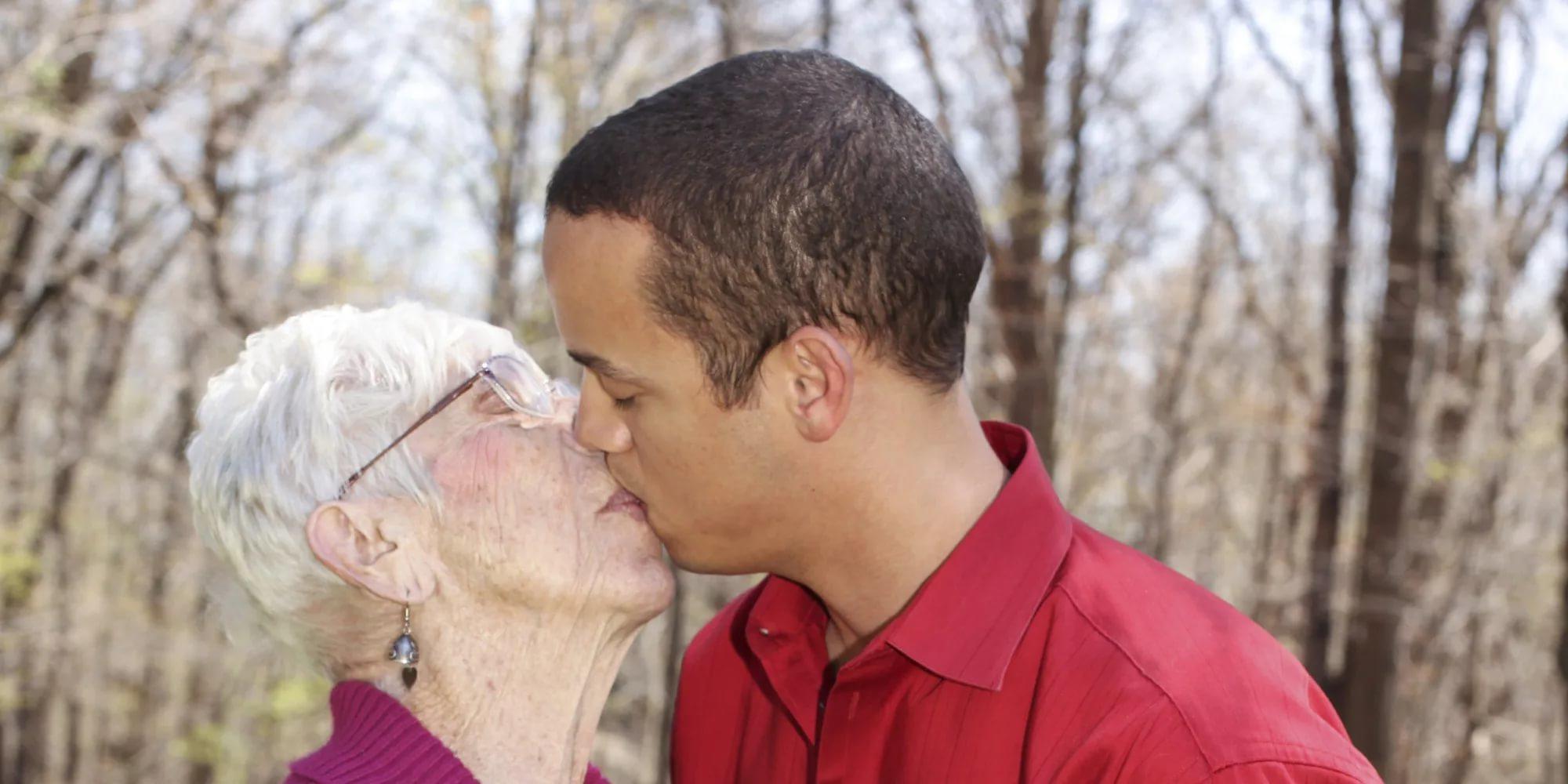 Любовь женщин в возрасте с парнями видео, приватное жены и мужа