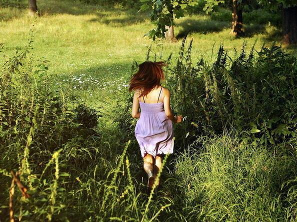 Проснусь я рано-рано, чуть только рассвелоИ убегу украдкой, босая за село.Где песнь свою прощально курлычут журавли,А ивушки...