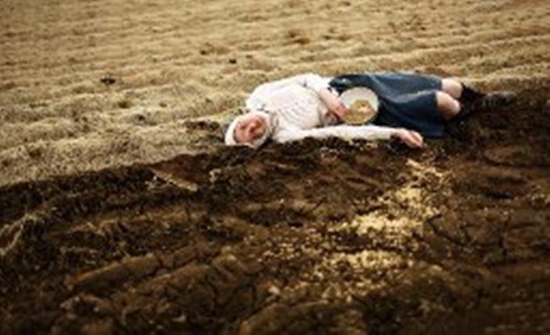 Уснула бабушка… Ведро скатилось в борозду… на дно