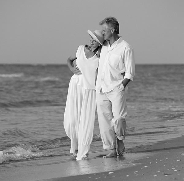 Поздняя любовь, как лето в октябре, Как снег в апреле и как утром звезды. Поздняя любовь, как песня на заре, Которая стекает,...