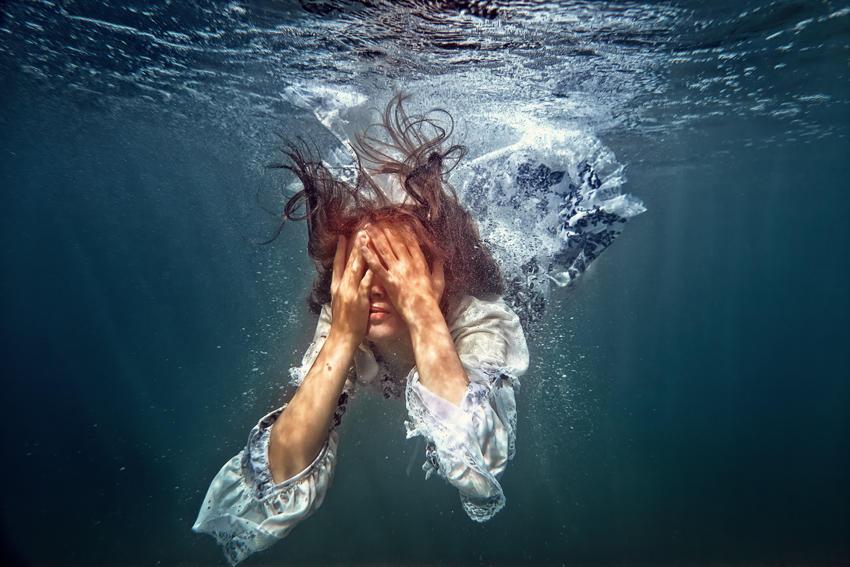 водой женщину захлебнул мужик
