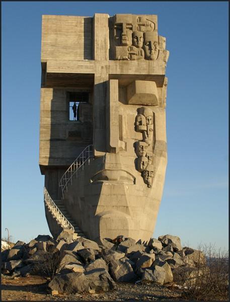 Монумент:15 метров на сопке Крутой.Магадан Посвящён жертвамсталинских репрессий. Авторы: скульптор Эрнст Неизвестный     ...