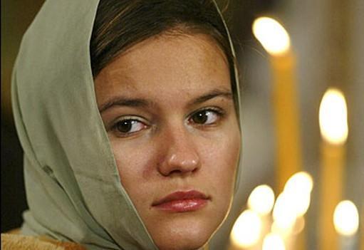 Почему женщина в платке в церкви