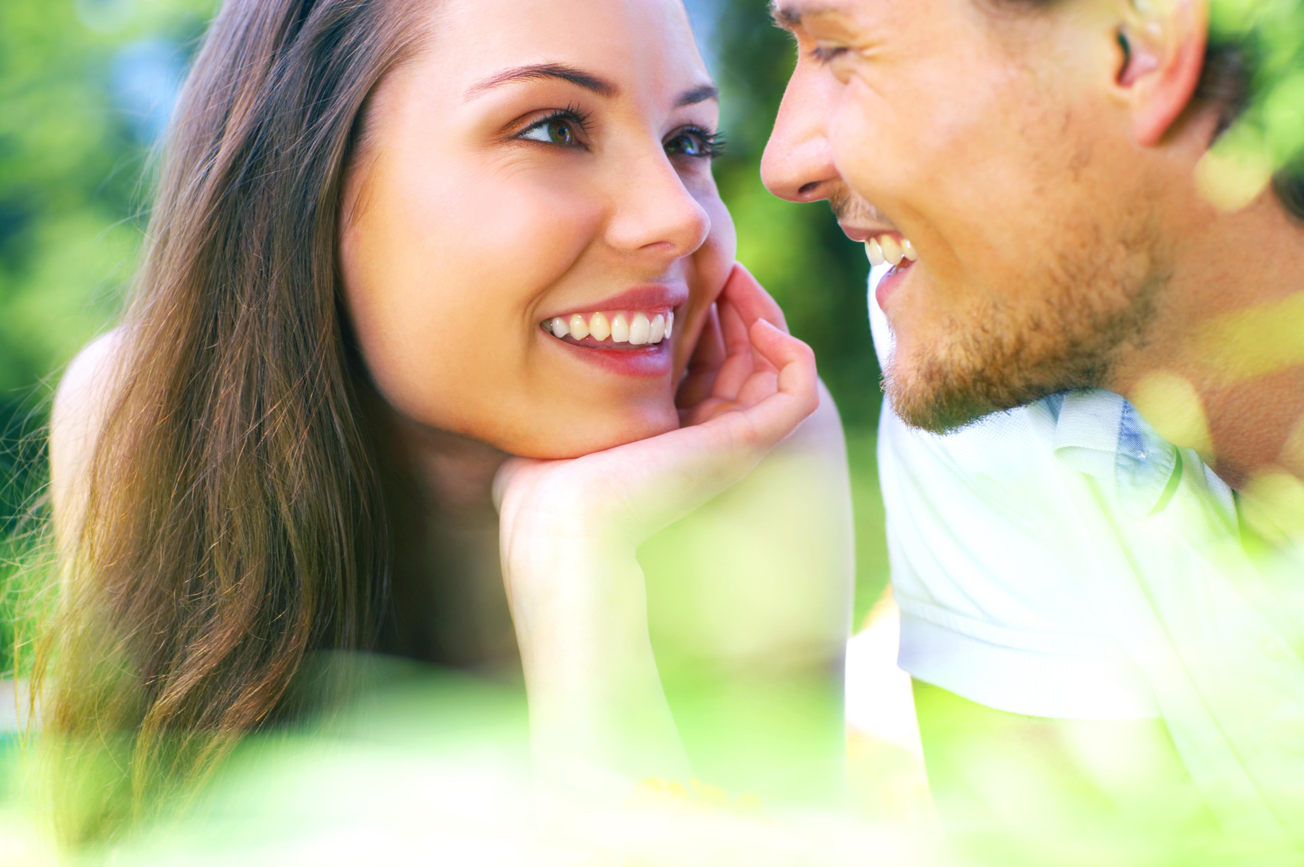 женщины любят на фото брюнетка высовывает язык