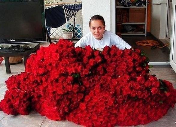 Открытка мужчина с большим букетом роз