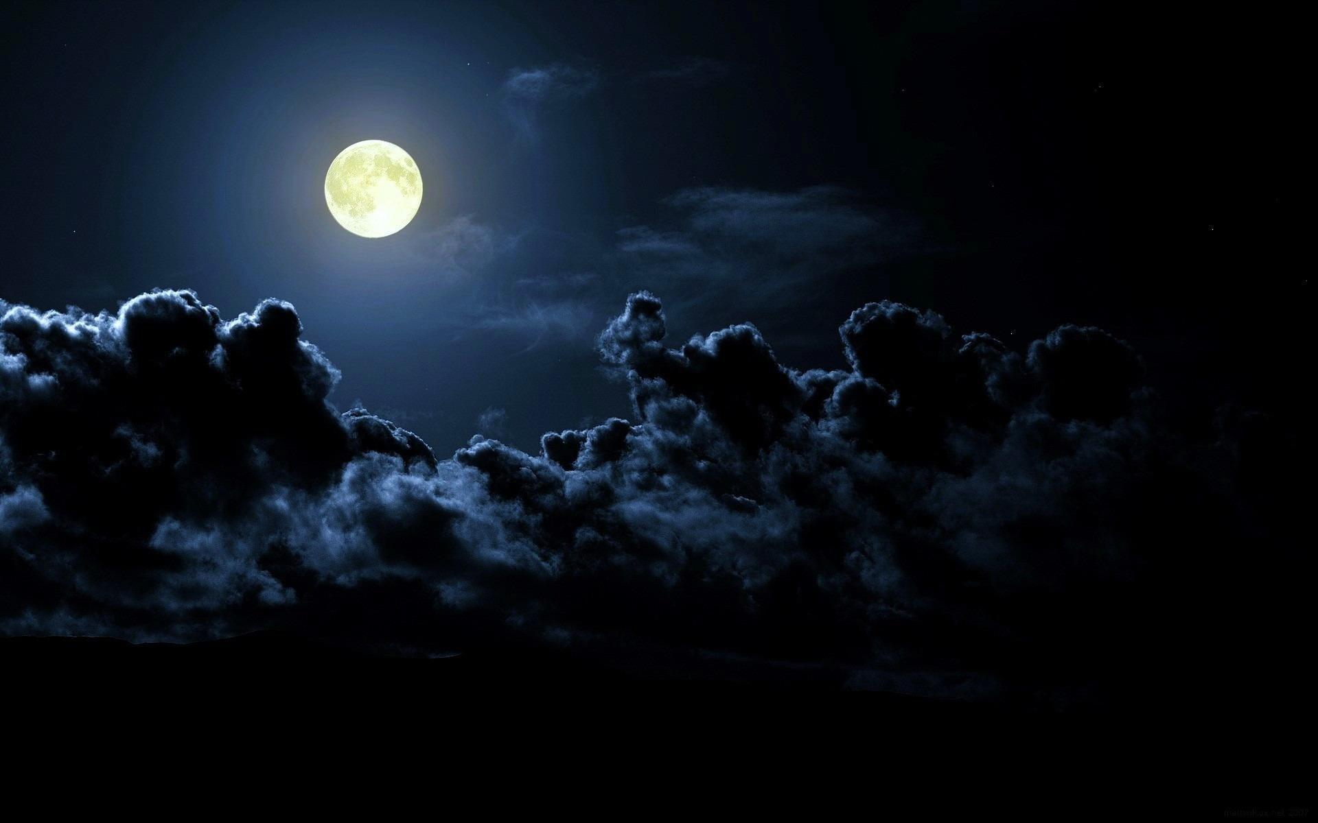 Смотрит космос в лунное пенсне