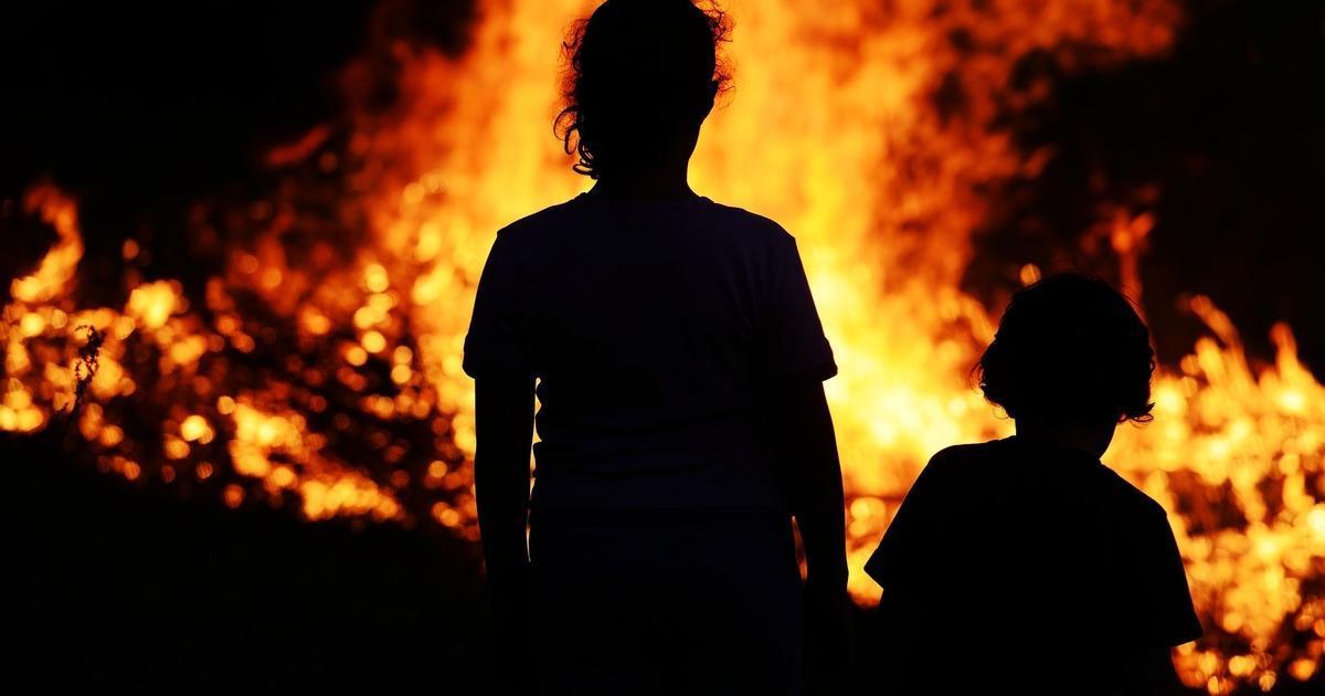 Не ради славы, показухи иль пиара, Господь дает творить нам добрые дела. Сестренку с братом  парень вынес из пожара. Игра со сп...