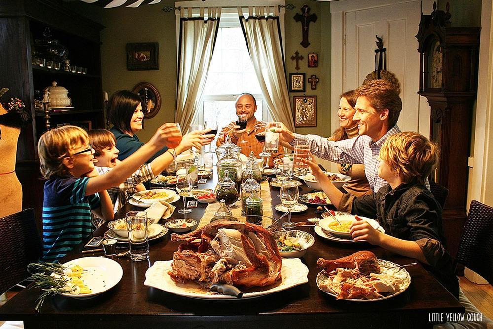 большая семья за обедом еда мне