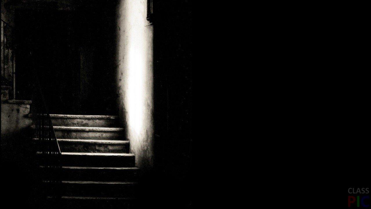 В темноте.
