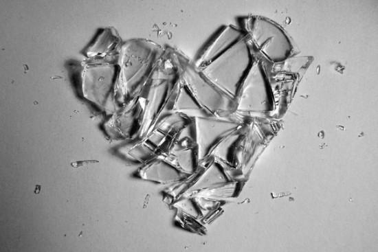 Не на счастье мне сердце разбилось, Разлетелось на сотни осколков. Как безумно в агонии билось, Не желая покоя нисколько.  За...