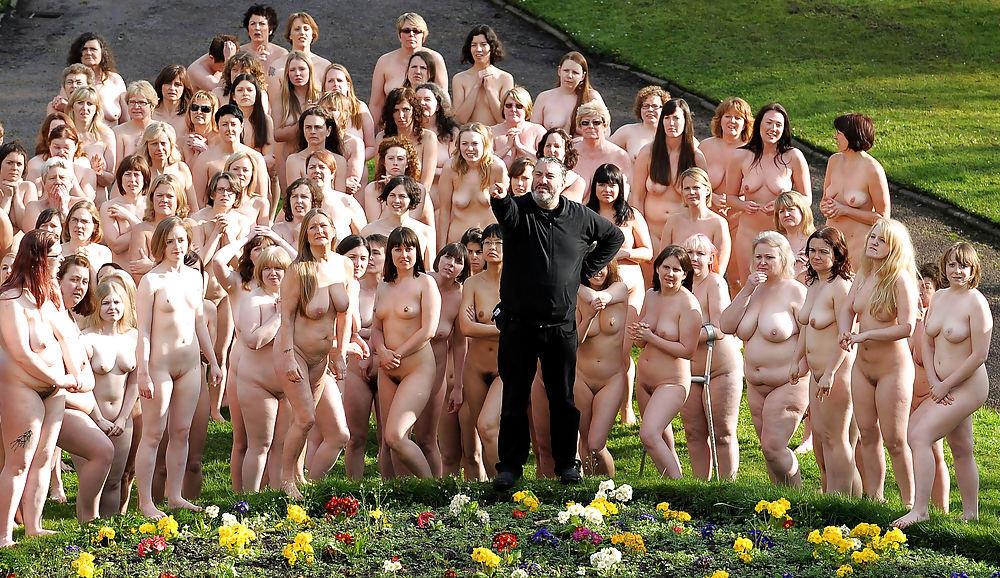 Женщин голых толпа