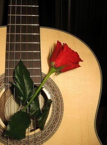 Женщина играла на гитаре...