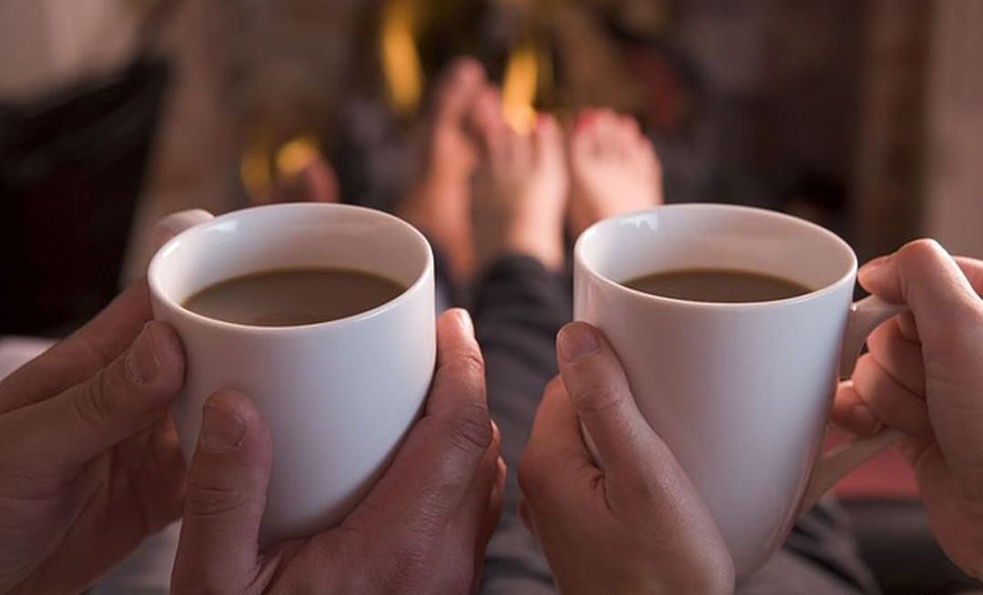 Картинка вдвоем пьют чай