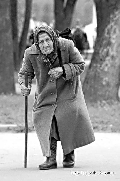 Идёт старушка