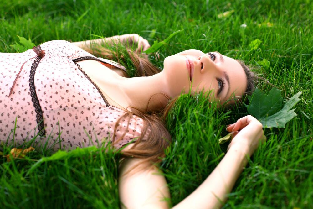 Я лежу на траве картинки