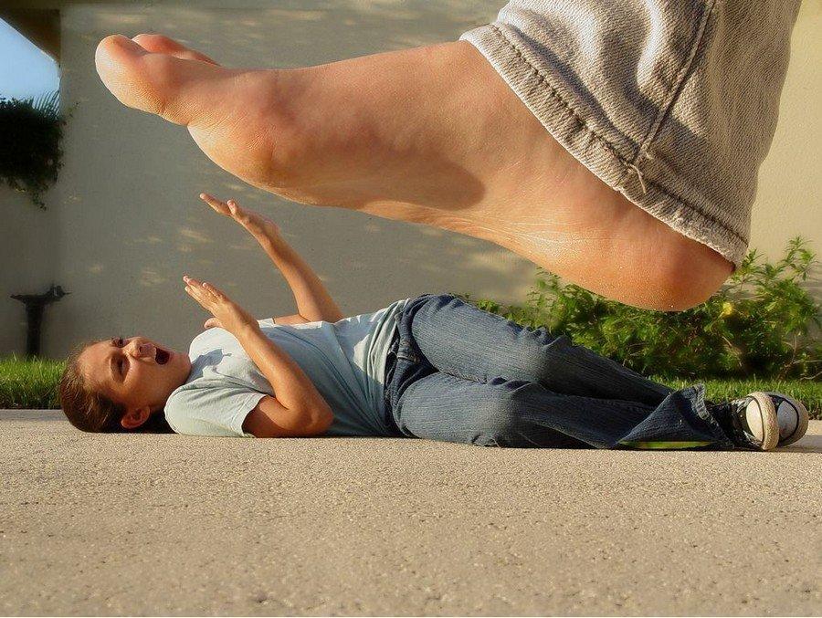 забавляет смотреть топтала ногами мужика взрослому
