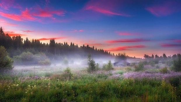 Рассвет, зажженный павшею звездой, Полоской алой начал день,  с нуля. Хрустальной,  лучезарною  росой Умыло утро сонные поля....