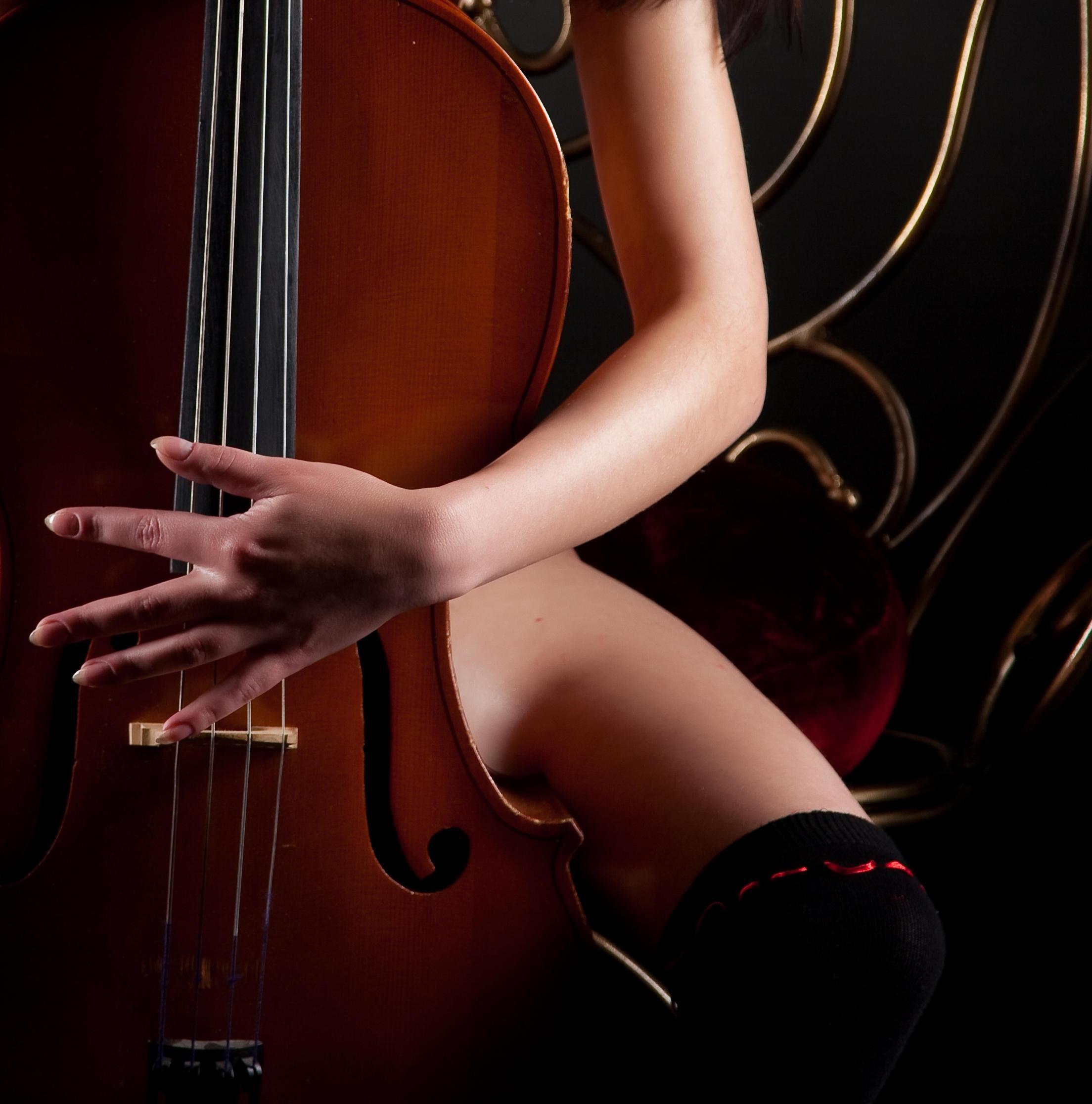 Milla plays the cello nude