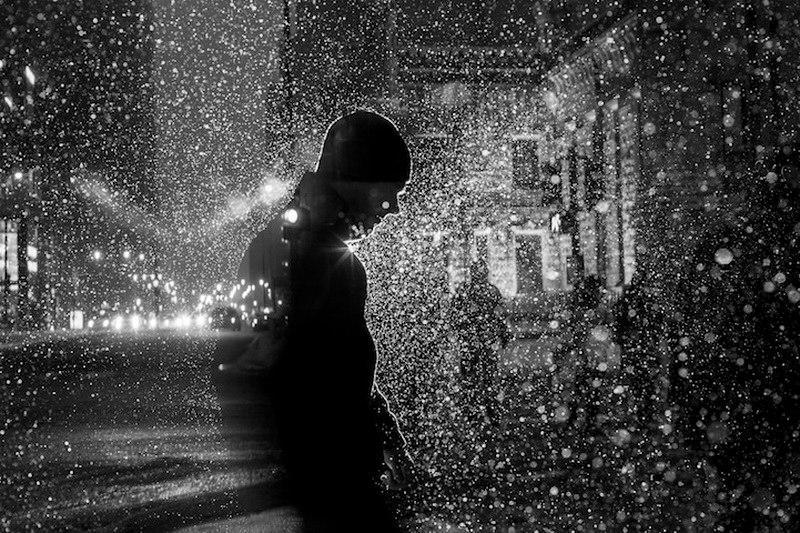 Без перебоя дождь стучит в окно.
