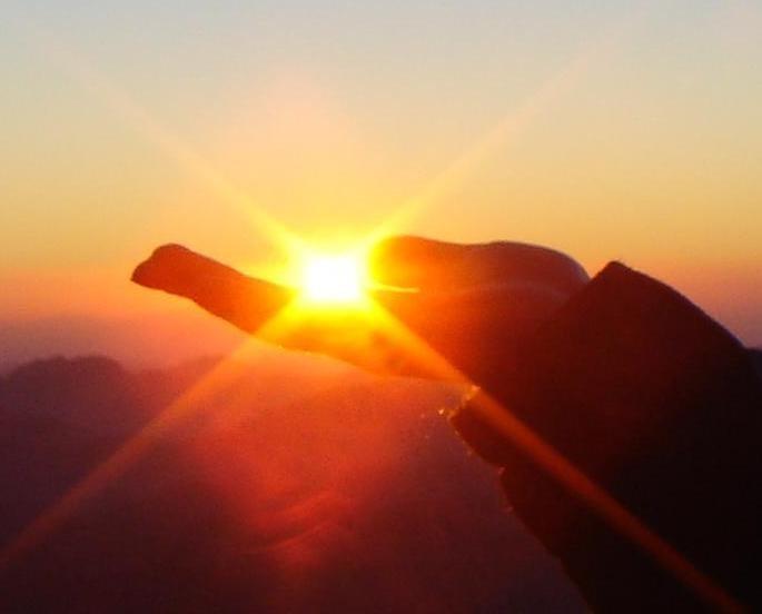 Песня ты в руках своих горячих словно солнца лучик прячешь слушать