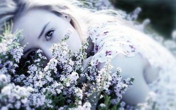 Сквозь окно - лунный свет,Оставляет свой след.Ветра тягостный стонБудоражит мой сон.И в ночной тишинеВдруг приходят ко м...