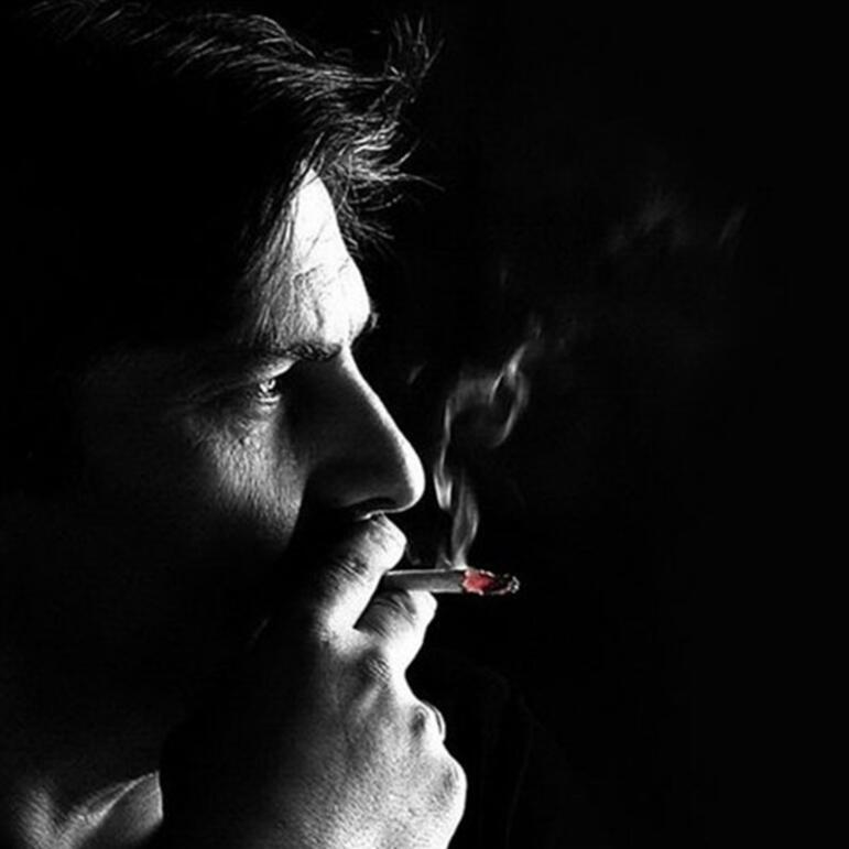 картинки сидящий курящий парень создание