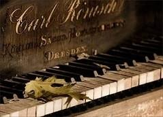 Старый рояль в безысходности сентября