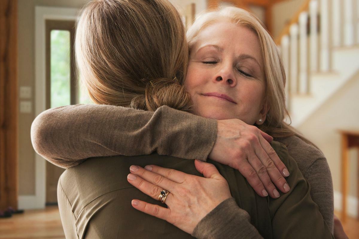 фото мама обнимает взрослую дочь