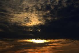 Утром тучи насупили брови, А под ними вдали на востоке Бог взирал на владенья багровым И таким устрашающим оком.  Обладающий...