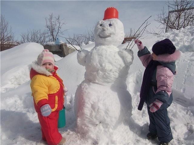 Лепим снеговиков из снега своими руками 703