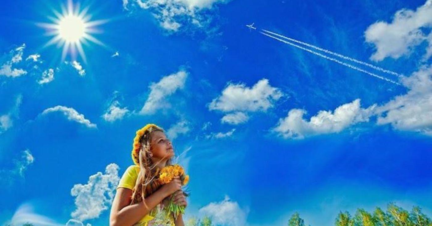 Картинка дети смотрят на облака