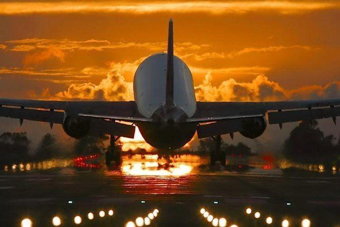 Сон, в котором вы летали на самолете — означает, что вас не устраивает ваша нынешняя жизнь, однако вы не пытаетесь что-либо изменить в ней.
