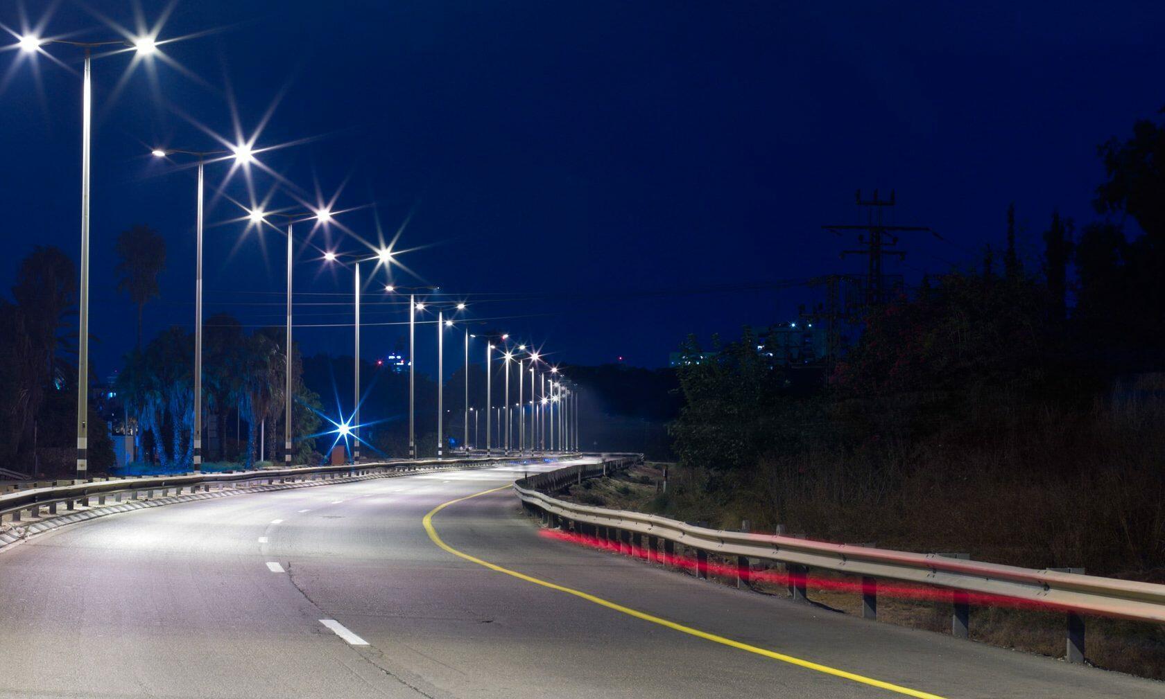 Ночные фонари вдоль автострады