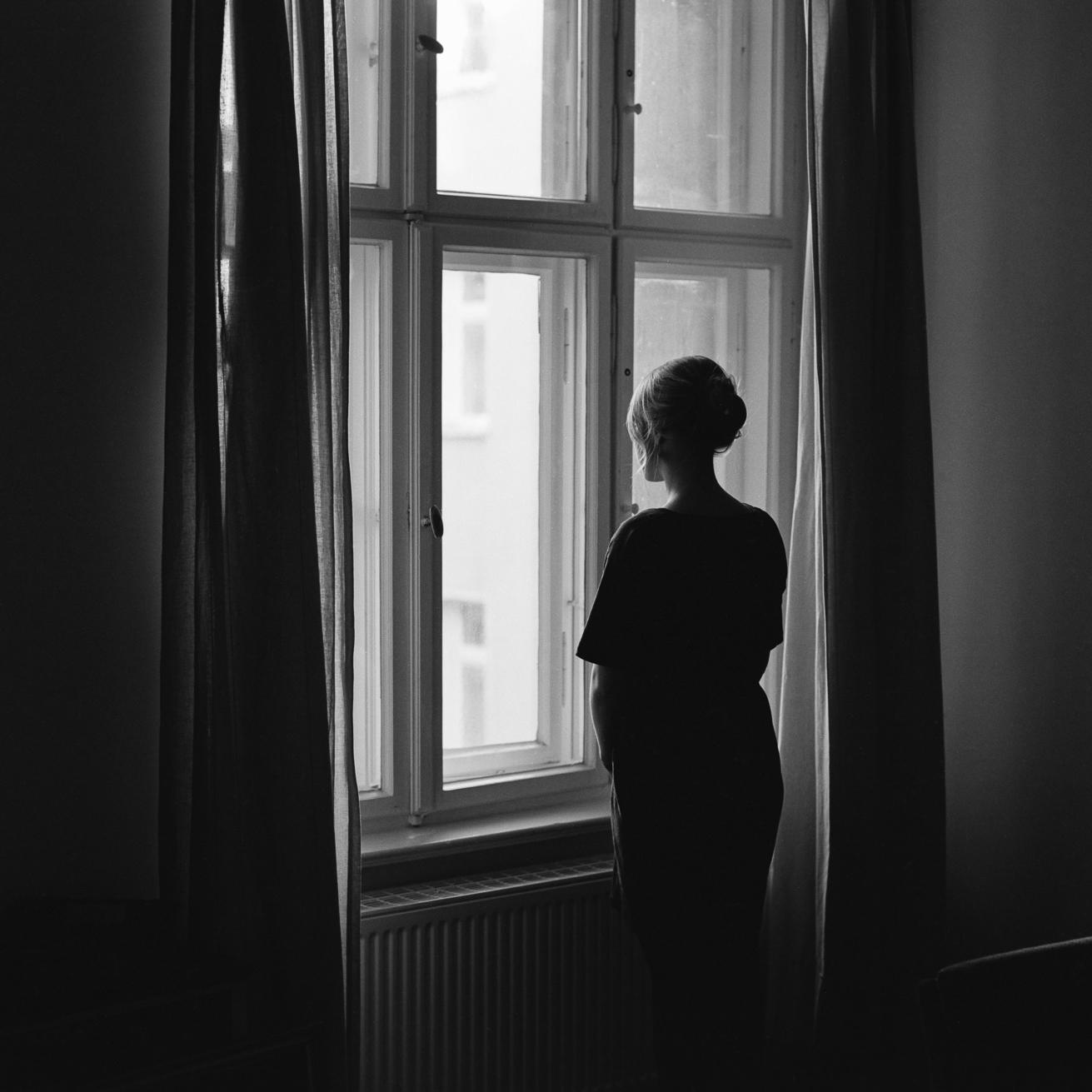 Красивые, картинки женщина у окна со спины