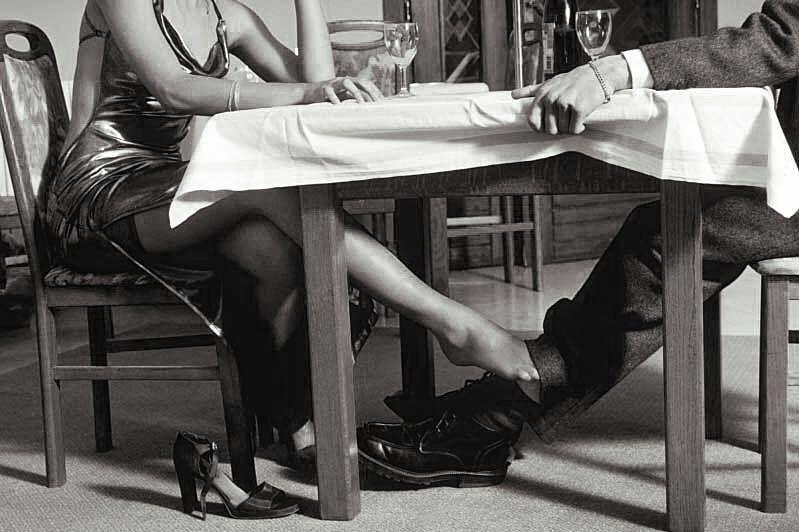 этом гладить ноги под столом пытался остановить