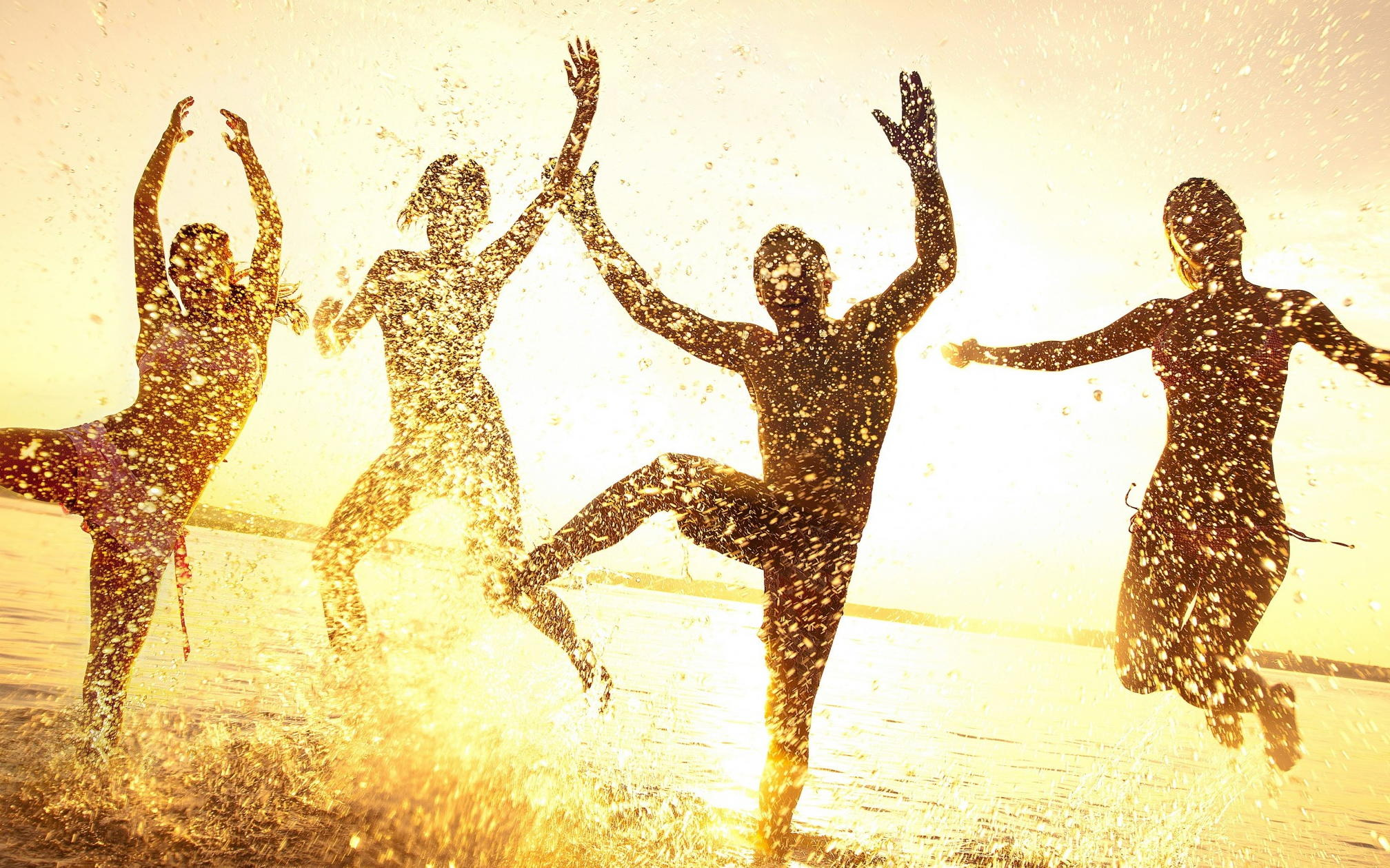 Люди купаются в море